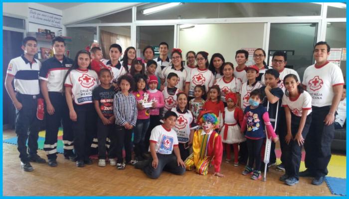 La Cruz Roja Mexicana acompaña a los niños de la Asociación en una actividad de primeros auxilios.